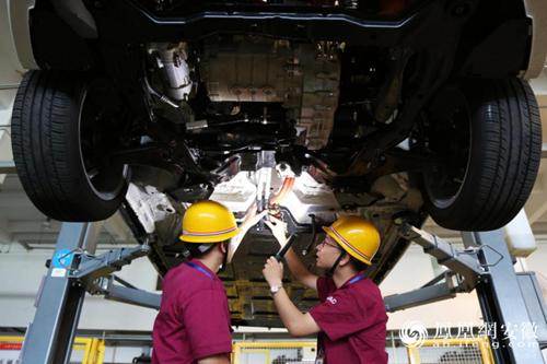 江淮汽车厂工人正在组装新能源汽车