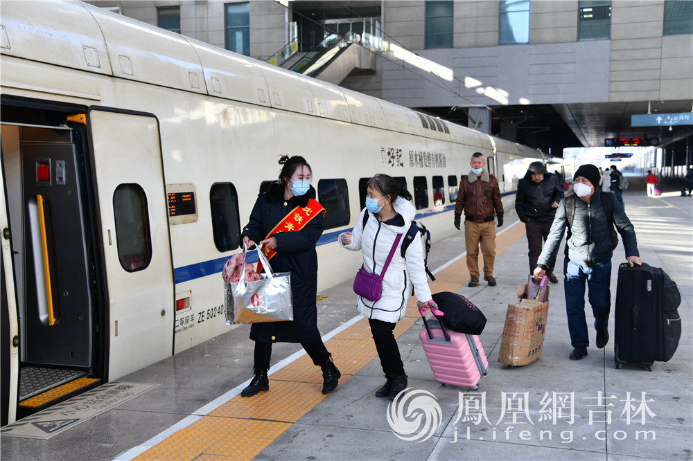 春运期间,志愿者帮助老年乘客提行李。梁琪佳摄