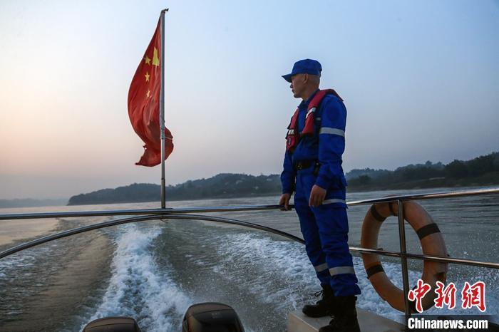 图为1月13日,江安县渔民肖玉南作为宜宾长江鲟协助巡护队队员在江面上开始每日巡护。 中新社记者 王磊 摄