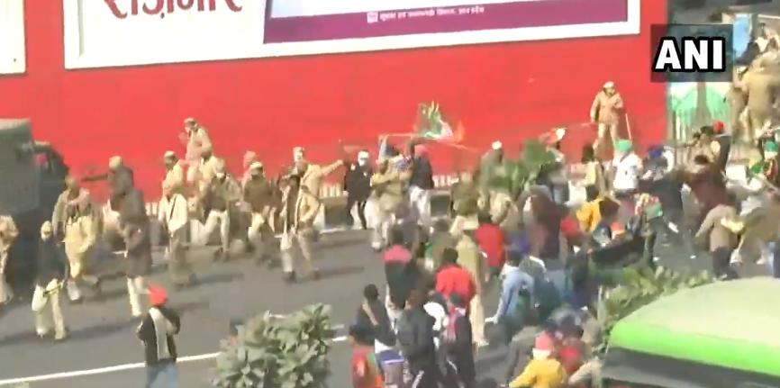 抗议人群袭击警察