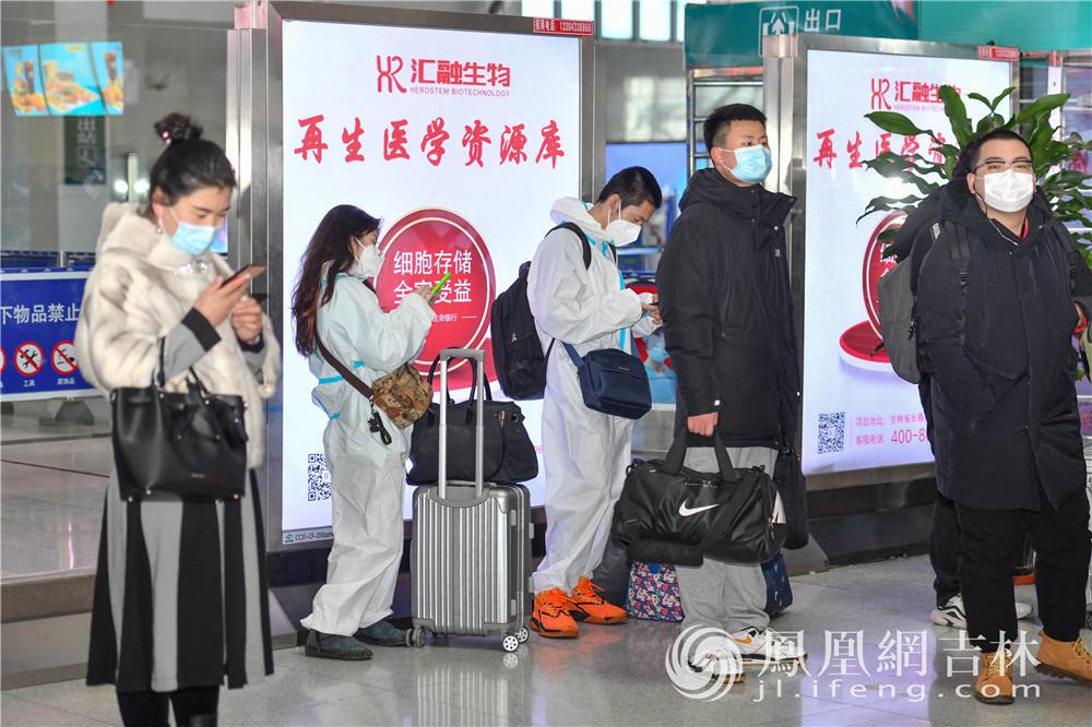 乘客穿着防护服候车。梁琪佳摄