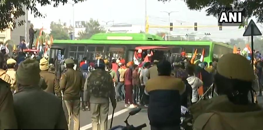 抗议人群破坏公交车