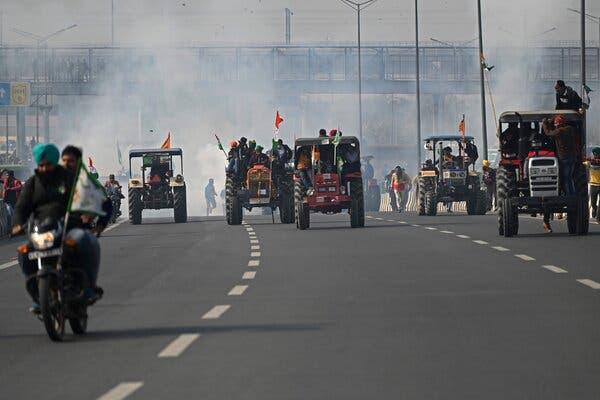 26日新德里,抗议拖拉机队伍,警方发射催泪弹。