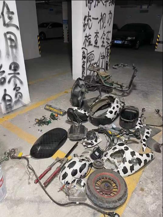 ↑占用优先生停车位的电瓶车被拆解
