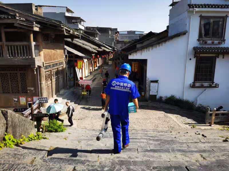 奔走于全区各地大街小巷的中国移动装维工程师 徐先丽/摄
