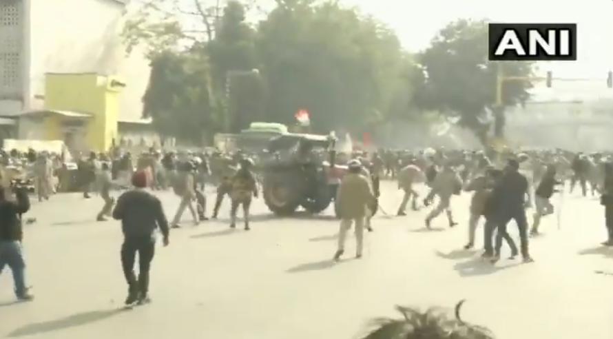 抗议农民驾驶拖拉机冲撞警察人群