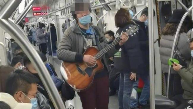 男子未正确佩戴口罩在北京地铁上卖唱,被行拘