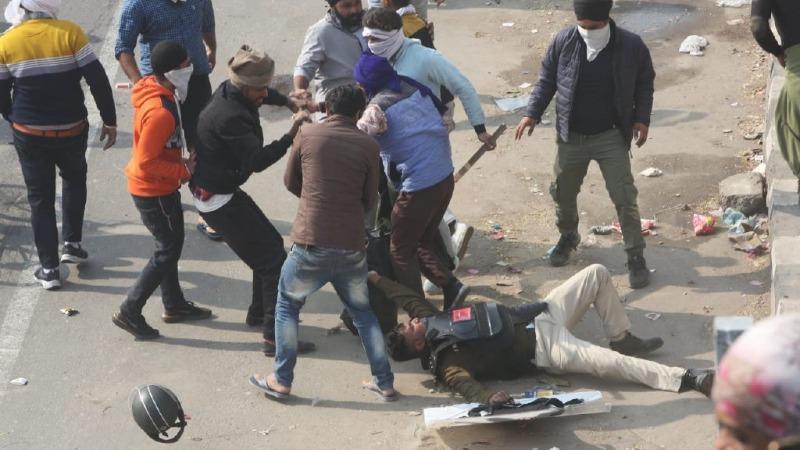 现场:印度国庆日上万农民涌入首都 把警察满街追着打