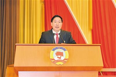 1月28日,市政协主席许顺代表政协第十三届湛江市委员会常务委员会向大会报告工作。政协供图