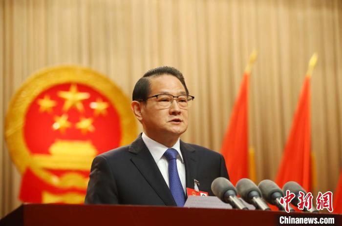 江西省省长易炼红在作政府工作报告。中新社记者 刘占昆 摄