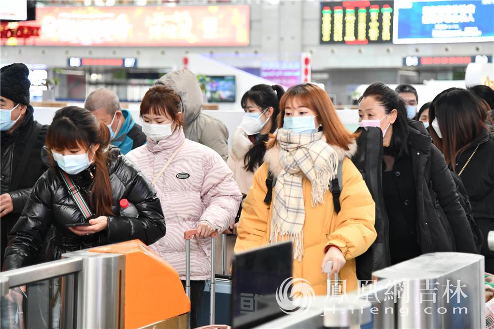 乘客佩戴口罩检票乘车。梁琪佳摄