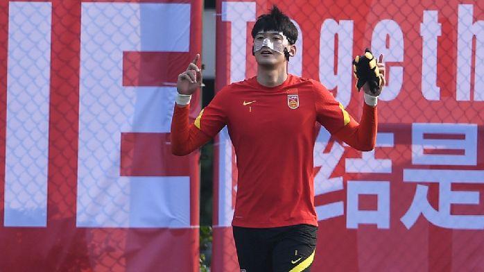 颜骏凌:面罩还得戴一个月,吃饭时会和归化球员聊聊中文