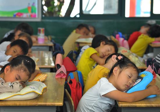 2019年9月17日,南京一所小学校教室里正在午睡休息的小学生。视觉中国供图