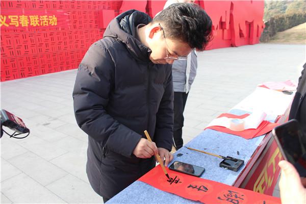 商丘中学:翰墨流香贺新春 义写春联送祝福