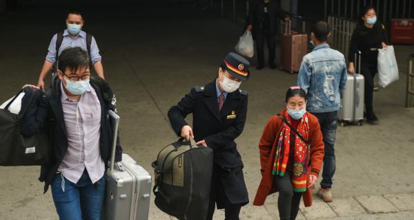 """深圳""""交通人""""坚守春运服务一线 节前集中出行客流高峰不显"""