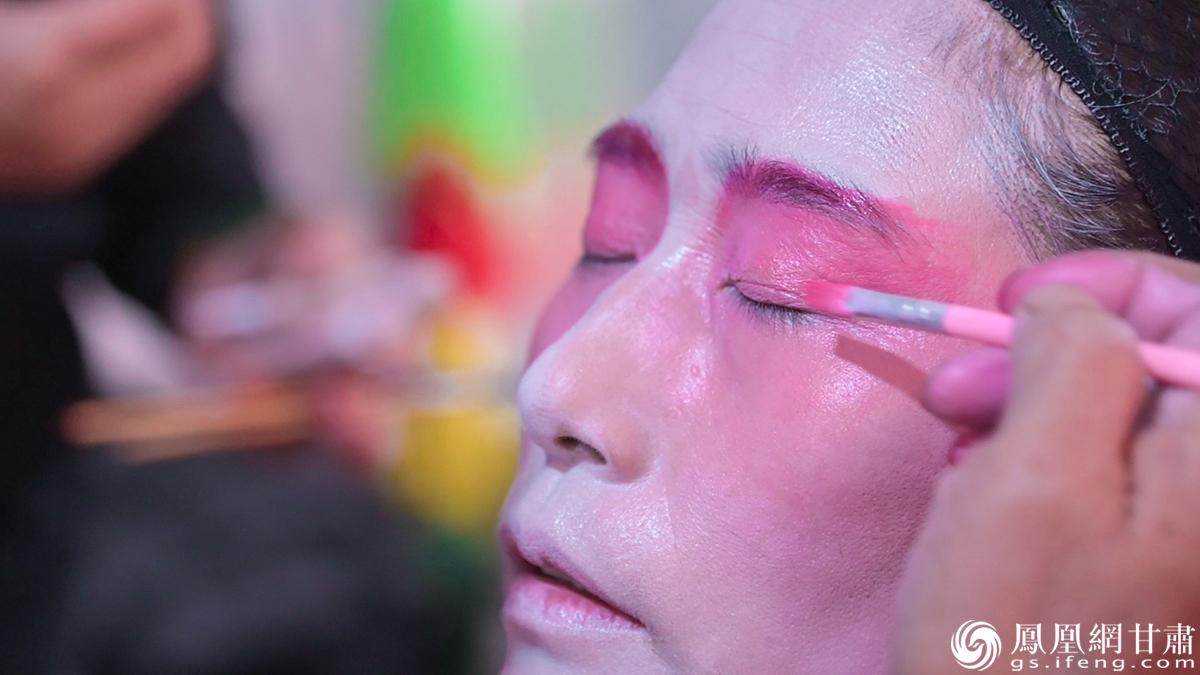 民勤曲子戏演员正在化妆 杨艺锴 摄