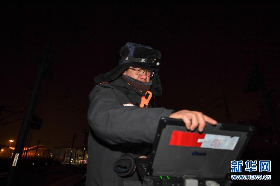 2月5日,在长春火车站,线路工裴岩操作轨道检查仪检查轨道平整度。新华社记者 张楠 摄