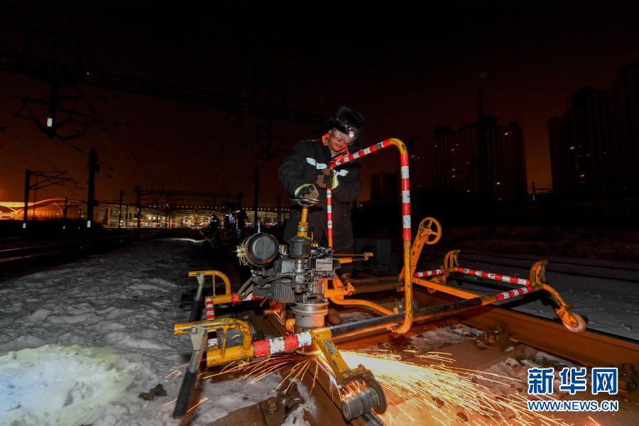 2月5日,在长春火车站,线路工张艺衡操作打磨机修理钢轨形状。新华社记者 张楠 摄