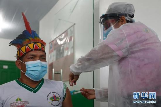巴西亚马孙州塔巴廷加市,医护人员为一名原住民接种中国新冠疫苗。图源:新华社