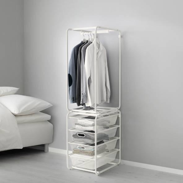 很多简易衣架的底部是一层甚至多层搁板,或者干脆就是个双杠。我个人觉得不实用。