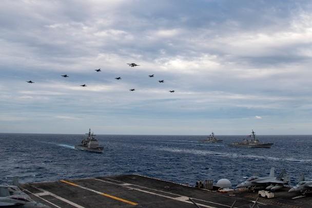"""战机及空中预警机飞越""""双航母""""编队。图源:""""东网"""""""