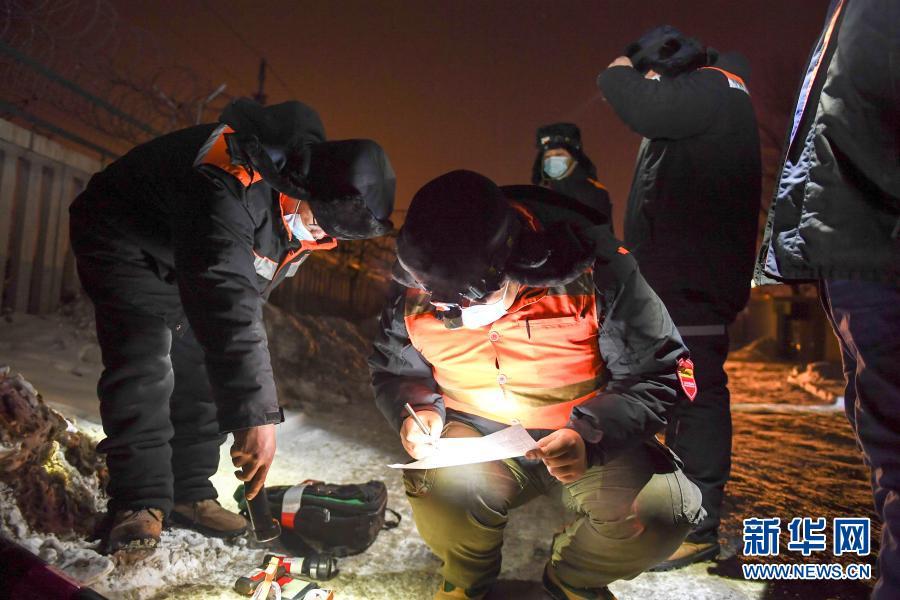 2月5日,在长春火车站,线路工清点当晚所用工具。