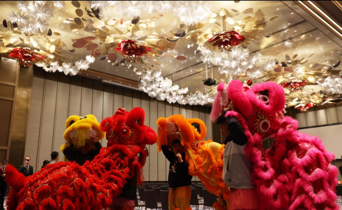 大年初一金牛纳福 青岛海天大酒店举办新春醒狮盛典
