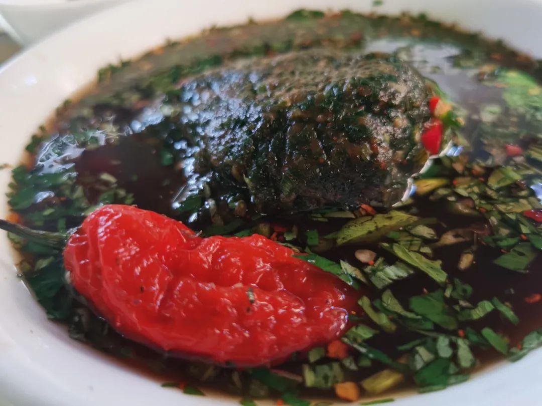 ▲ 红色的涮涮辣和撒撇。摄影/阿姬