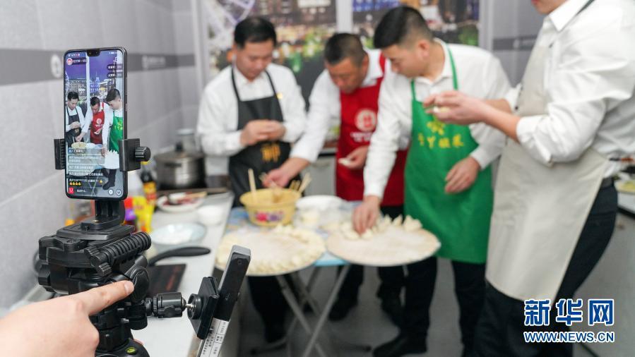 2月3日,吉林省驻村第一书记协会成员在直播间里直播包饺子。
