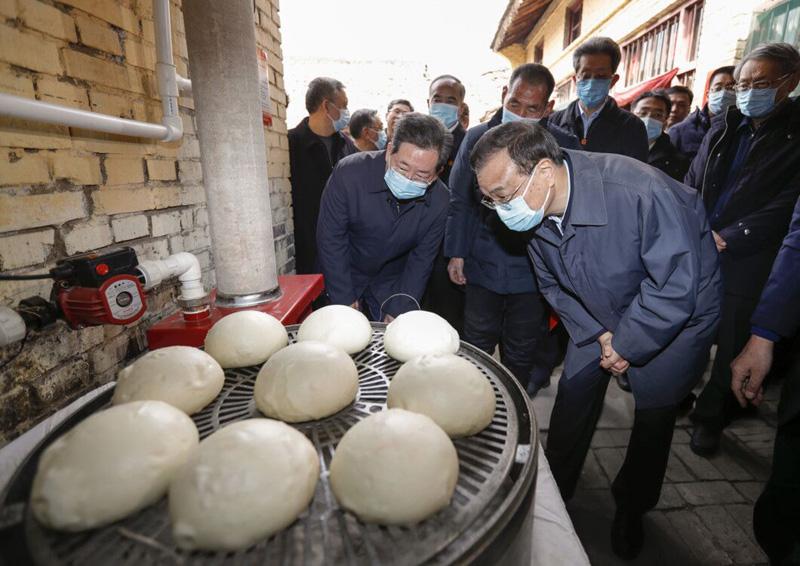 李克强来到山西运城脱贫村,十分关心村民冬季如何取暖