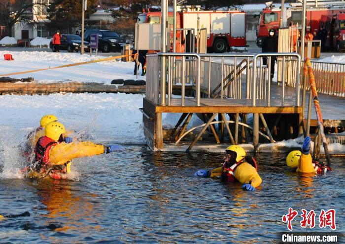 参训队员不畏严寒,坚持在水中训练。 张瑶 摄