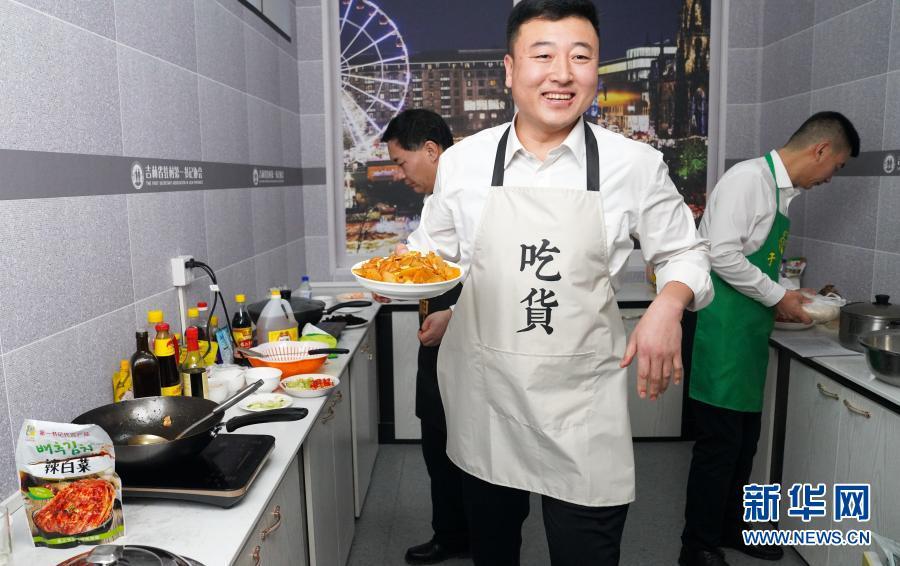 2月3日,吉林省德惠市米沙子镇岫岩村驻村第一书记李东波在直播间里直播做菜。