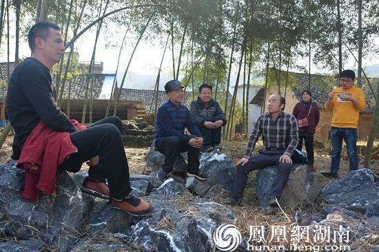 帮扶工作队长陈石球组织群众恳谈,了解村民需求。