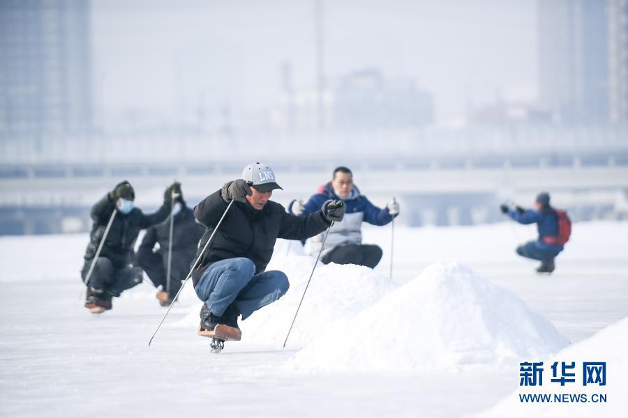 2月7日,市民在长春市伊通河畔的冰场上滑单刀冰车。