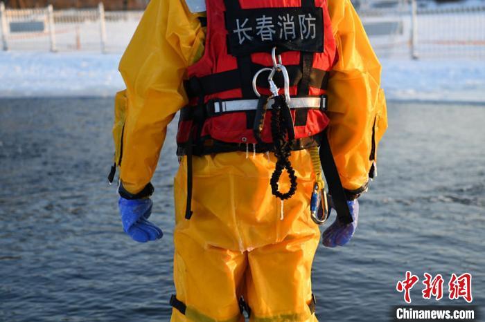 当天气温极低,参训队员衣服上结满了厚厚的冰。 张瑶 摄
