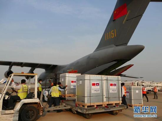 2月7日,中国援柬新冠疫苗运抵柬埔寨金边国际机场。图源:新华社