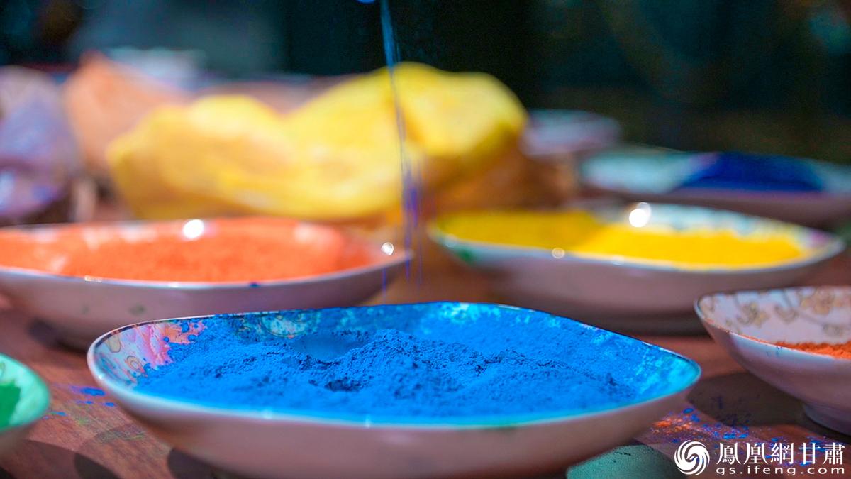 画唐卡使用的矿物质颜料 杨艺锴 摄