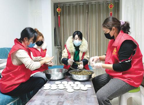 铜陵市铜官区新城办为外来务工人员制作传统美食