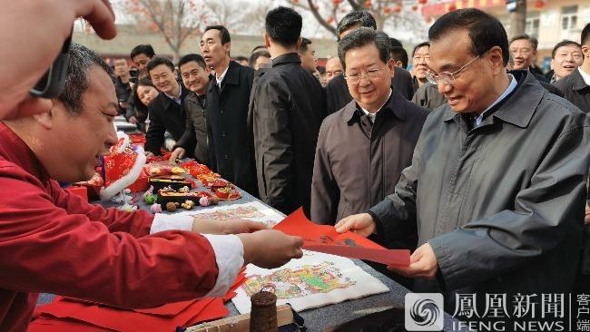 """李克强山西运城赶年集,买了2个大花馍2个苹果2张""""福""""字和糕点"""