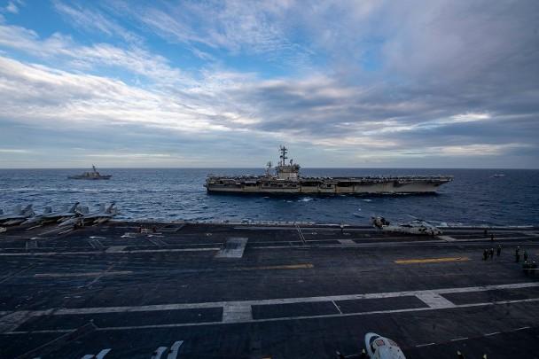 """尼米兹号(图)与罗斯福号在南海展开所谓""""双航母""""行动。图源:""""东网"""""""