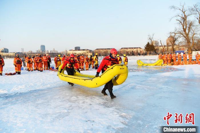 当天,气温达零下二十摄氏度,救援人员分别采用活饵救援、冰水两用救生筏、遥控水上机器人、无人机定点抛投和重型潜水及水下破拆等先进装备与救援技术开展对落水人员营救的实战训练。 张瑶 摄