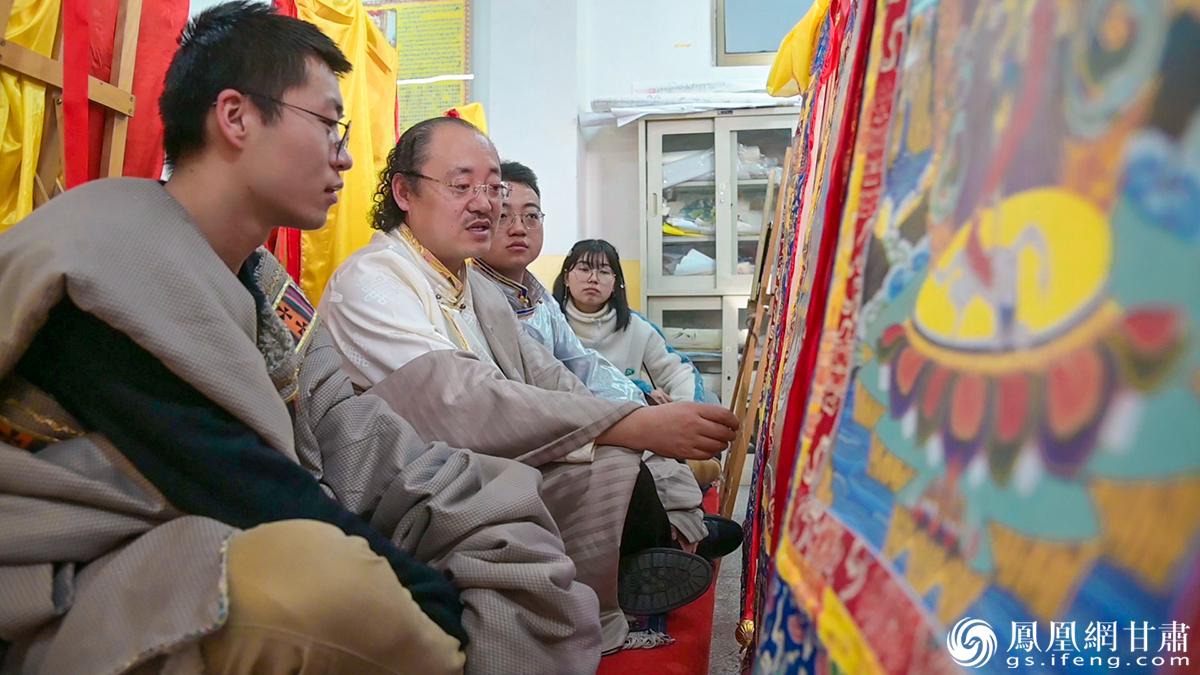 马才成(左二)耐心讲解,多吉才让(左一)和同学认真倾听。杨艺锴 摄