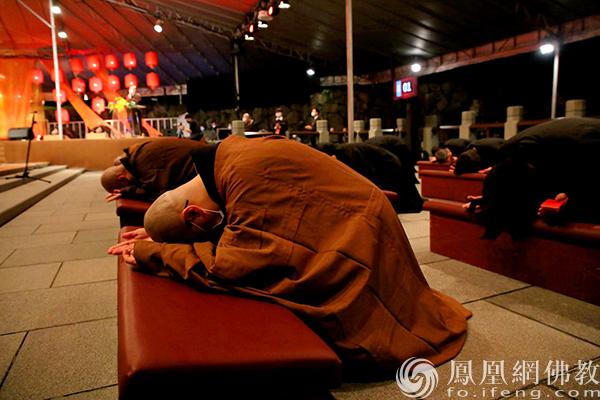 法鼓山除夕撞钟祈福现场(图片来源:凤凰网佛教 摄影:法鼓山)