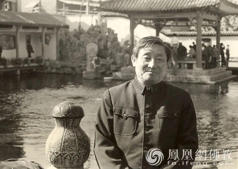 黄心川先生于趵突泉留影(图片来源:凤凰网佛教)