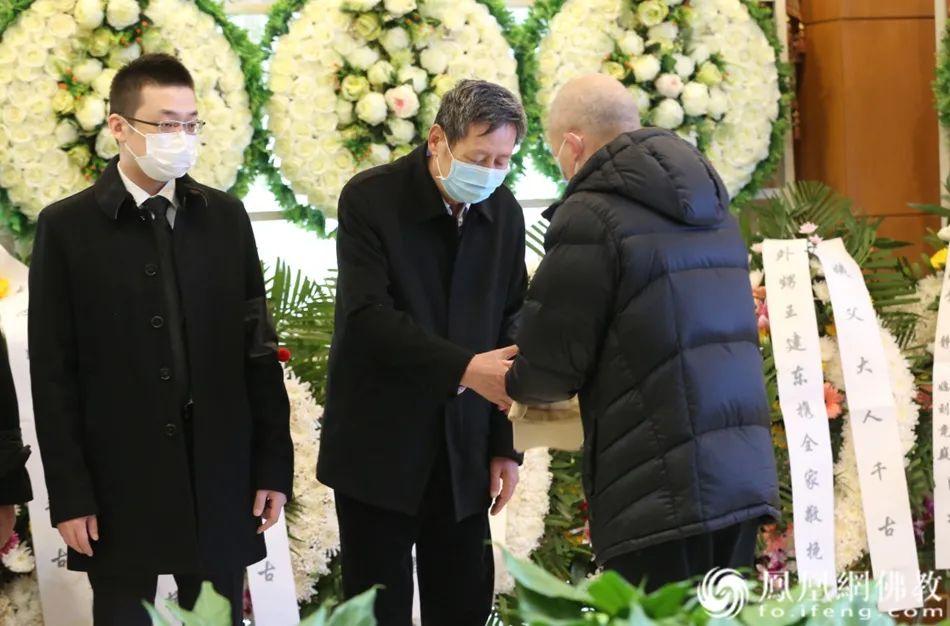 北京大学王邦维教授向黄心川先生家属表示慰问(图片来源:凤凰网佛教)