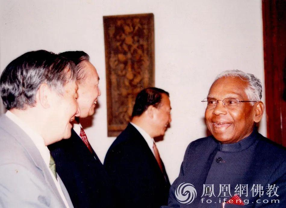 """黄心川先生曾多次参加国际学术会议,在国外很多著名大学讲学。1982年曾率中国代表团去印度参加""""2000年的中国与印度国际学术研讨会"""",1993年在北京主持了""""2000年的中国与韩国国际学术讨论会""""。另外,参加了在中国和韩国召开的第四次和第五次""""中韩论坛""""国际学术讨论会等(图片来源:凤凰网佛教)"""