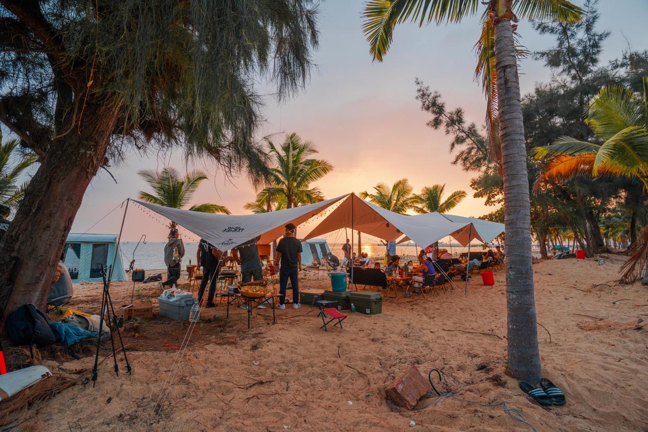 图:营客在天涯海角海边沙滩体验露营生活