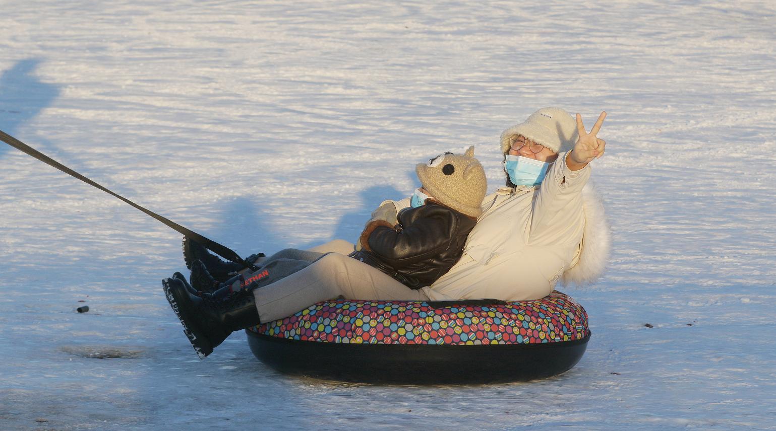 一家人在玩雪圈,欢乐不断。