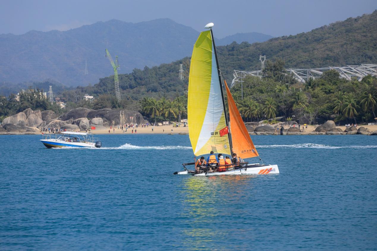 图:春节假期,不少游客在天涯海角体验海上旅游项目