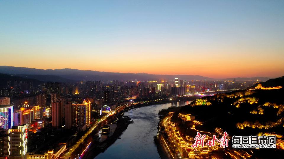 城市被霞光与灯光点缀得更加璀璨 韦德占 摄